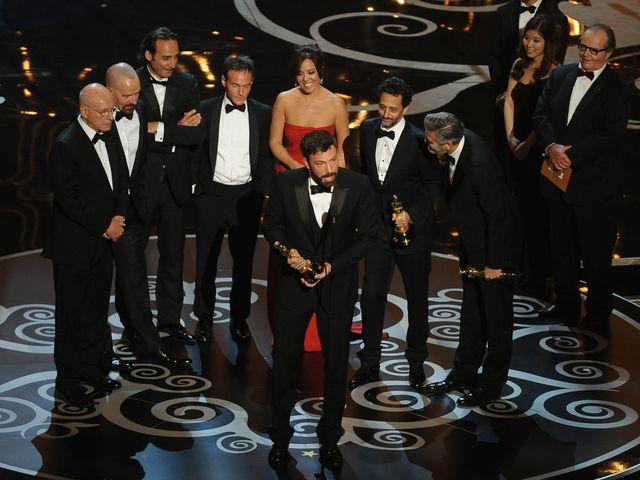 сыгравшая с натали портман в чёрном лебеде, вручают награду за лучший анимационный фильм года