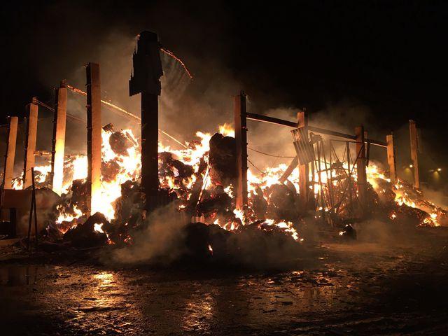 Галерея: в Пылтсамаа сгорел сарай с сеном на крупной ферме