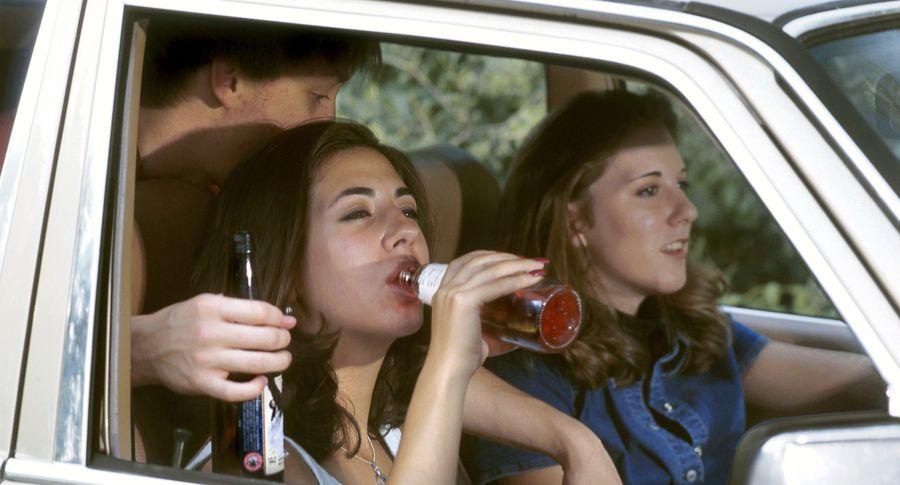 Молодежь употребляет алкоголь. Иллюстративное