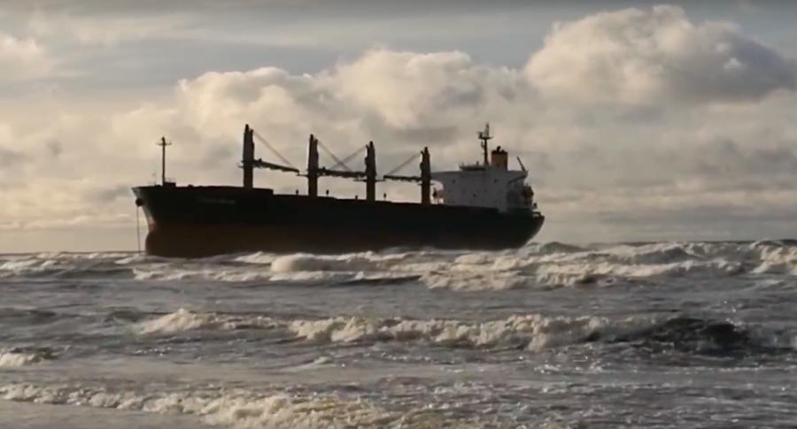 Опасности утечки нефтепродуктов ссевшего около Клайпеды намель сухогруза нет