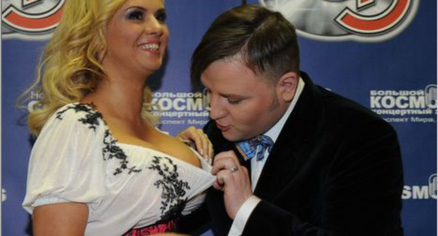 Анна Семенович заинтриговала фанатов снимком всвадебном одеяние