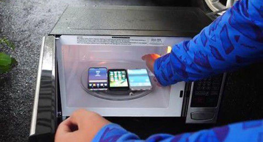 IPhone 7 и Самсунг  Galaxy S8 впервый раз  испытали вмикроволновой печи