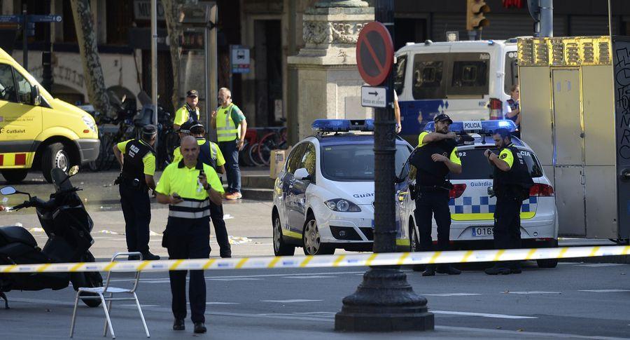 Москвичи несут цветы и свечки кзданию посольства Испании