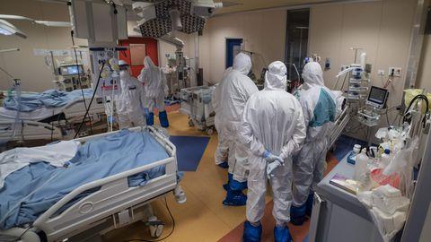 Meditsiinipersonal COVID-19 patsientide raviks kohandatud intensiivraviosakonnas Rooma Covid3 haiglas. Kõrge koroonasuremusega riikides oli kevadine kriisiolukord seotud haigusjuhtude kiire tõusu ajal tekkinud intensiivravikohtade ja vajalike oskustega personali puudusega.