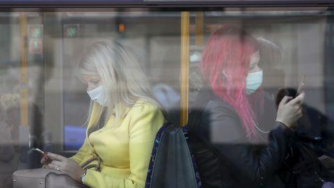 Sümptomiteta inimesega ei taipa teised distantsi hoida, mistõttu on soovitav nakkuse leviku takistamiseks kanda ühistranspordis maski. Pildil maskides reisijad Riia trollibussis 7. oktoobril 2020, mil Lätis muutus ühistranspordis maski kandmine kohustuslikuks.