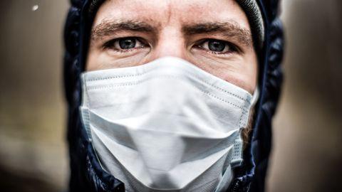 Illustreeriv foto maski kandvast inimesest.