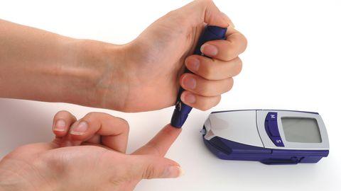 Diabeetik mõõdab veresuhkrut.