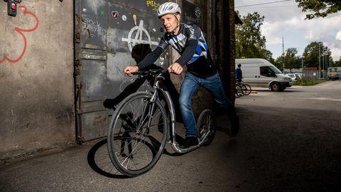 Tõukeratta kiirus laugel maal võib olla kuni 30 kilomeetrit tunnis. Samas on Nuuma laskudes rattast välja pigistanud ka 72 kilomeetrit tunnis. FOTO: Sander Ilvest