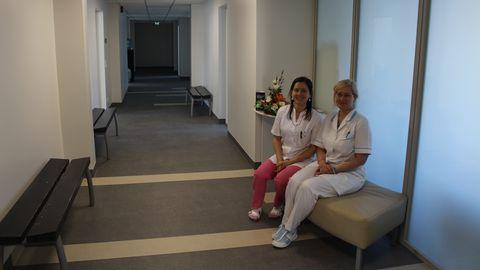 Pereõed Mari-Liis Pihlak (vasakul) ja Merje Remmelgas on avarusega rahul - nii pikka koridori varem polnud. Ämmaemandaks õppinud Pihlak lubab esimesed rasedad arvele võtta hiljemalt mais - ämmaemanda kabinet ootab.