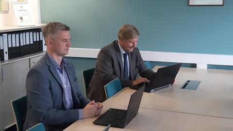 Astlanda Ehituse juhatuse esimees Kaupo Kolsar ja Ida-Viru Keskhaigla juhatuse esimees allkirjastasid lepingu digitaalselt.