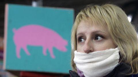 Naine seagripi eest kaitsmiseks maski kandmas.