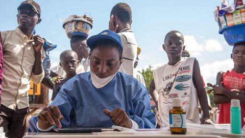 WHO meedik Kongos eksperimentaalvaktsiini jagamas.