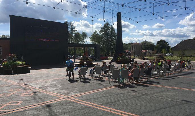46c598ae155 Tõrva keskväljakule paigaldati ekraan, et huvilised saaksid kergejõustiku  EM-i vaadata. FOTO: Madis Perli / Lõuna-Eesti Postimees