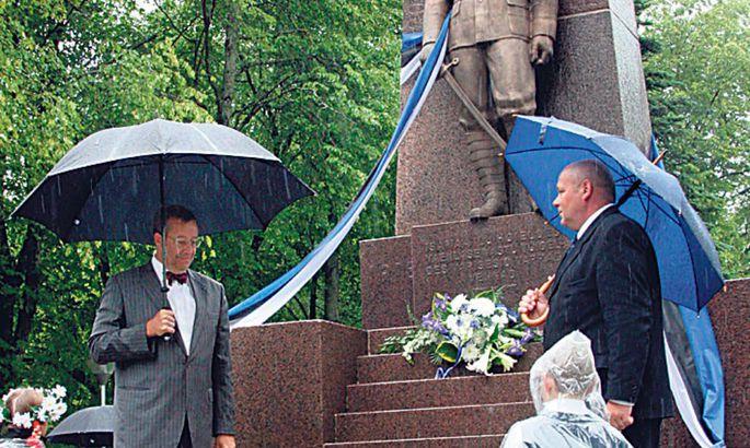38ed17ed867 Rahvas taastas vabadussõja ausambad trikolooride lehvides ...
