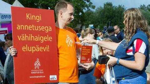 Vähiravifond Paide arvamusfestivalil annetusi kogumas.