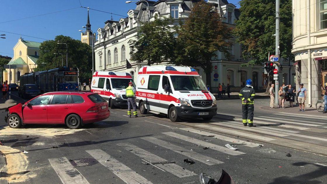 Reporter: Kiirabi ja auto avariis sai viga viis inimest