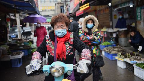 Wuhani üks turgudest, kohalikud kannavad hingamisteede kaitsmiseks maske