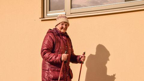 95-aastane Helgi Lomp kõnnib vahel 15 tiiru ümber oma kodmaja, et liikumisvajadust rahuldada.