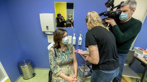 Doktor Karmen Joller esimest Covid-19 vaktsiinidoosi saamas.