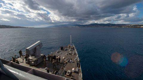 USS Fort McHenry Itaalia ranniku lähedal.