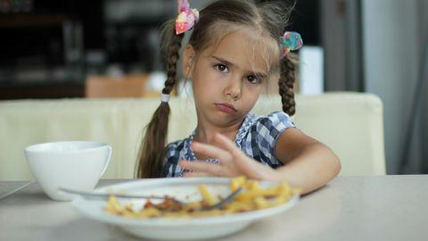 Laps pirtsutab söögiga.