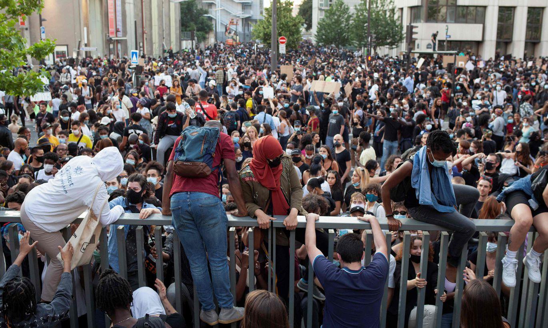 ВИДЕО ⟩ В Париже 20 000 человек вышли на акцию протеста против полицейского насилия