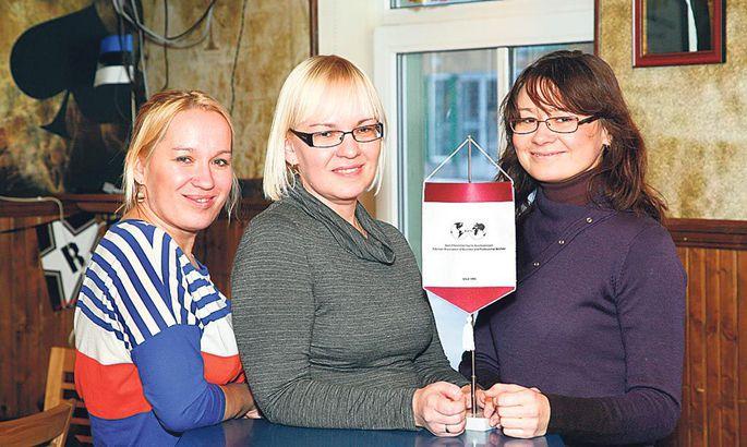 1d2fd043401 Ettevõtlikke naisi ühendava organisatsiooni BPW Pärnu klubi president Irina  Talviste (keskel) koos mõttekaaslaste Eveli Loorentsi ja Regina Gololobiga.