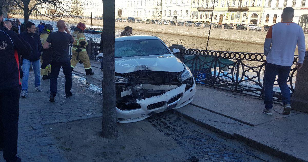 Video ja foto: Peterburis rahvahulka paiskunud autolt löögi saanud Eesti naisel tuvastati ninaluumurd