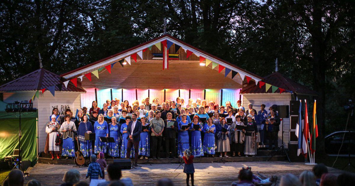 Galerii ja video: Puka öölaulupidu pani pargi isamaalistest lauludest helisema