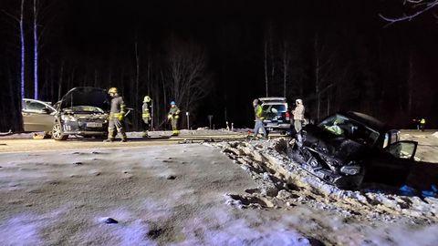 Autode kokkupõrkes kannatada saanu tuli sõidukist välja lõigata