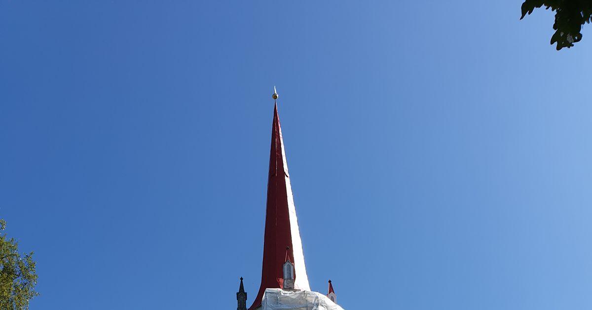 Pudeneva krohviga kirikutorn saab taas iluravi