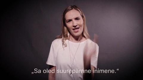 Marta Laan näitab ette, kuidas öelda viipekeelt kõnelevale inimesele komplimente.