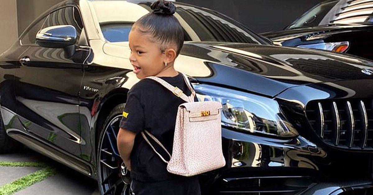 Kailija Dženere savu divgadīgo meitu lutina ar 12...