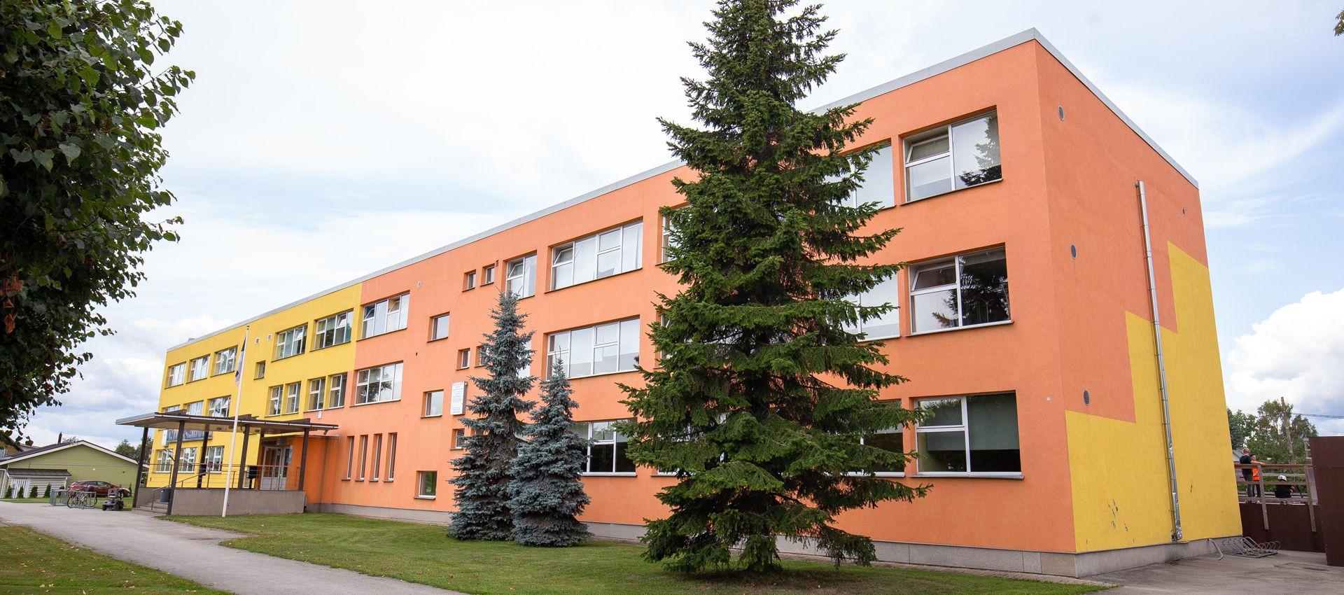 c549579b8ea 40 aastat vana hoonet on vajaduspõhiselt remonditud nii seest kui väljast  ning praegu on ruumide seisukord õppetöö korraldamiseks rahuldav.