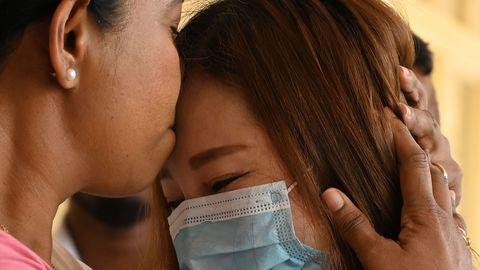 Sri Lankal koroonaviiruse diagnoosi saanud hiina turist sai enne haiglast välja saamist otsmikule suudluse terviseminister Pavithra Wanniarachchilt.