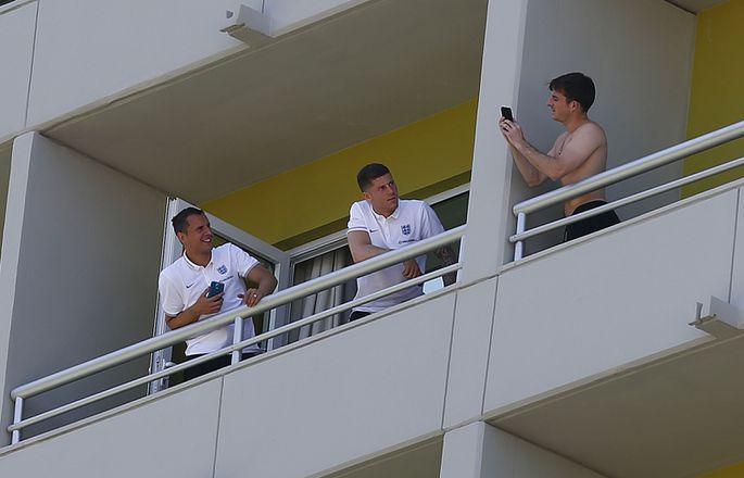 Голая на балконе футболисты англии