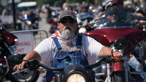 Mootorratturid iga-aastasel motopeol Lõuna-Dakotas Sturgise linna peatänaval 8. augustil 2020. 80. korda toimuvale mootorratturite kogunemisele on sel aastal oodata üle 250 000 osaleja. Maski kandmine ei ole kohustuslik.