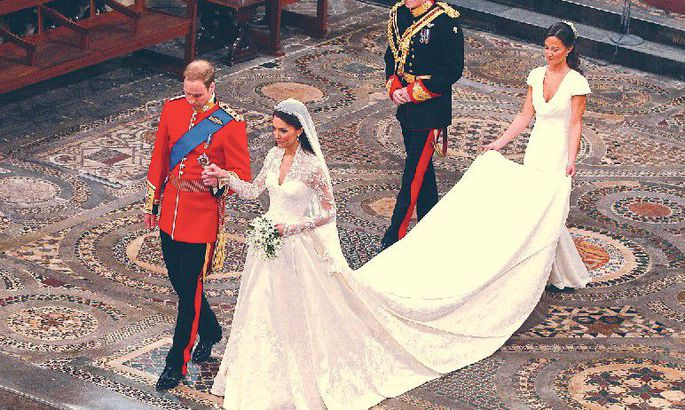 a66f19e9393 Alexander McQueeni moemajalt: et Briti kroonprintsi Williami mõrsja Kate  Middletoni traditsioonilise elevandiluukarva kleidi pits ja siid püsiks  säravalt ...