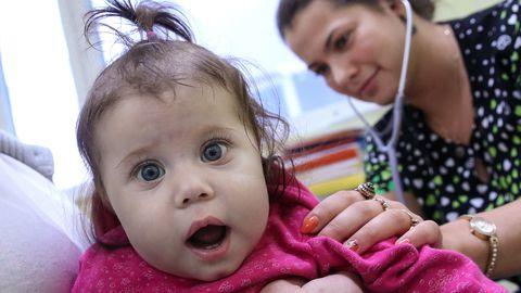 Naine külastab lapsega Shumakovi Föderaalse Transplantoloogia ja Kunstorganite Keskust.