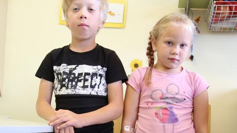 Ühe pere lapsed, Elari Markus ja Amy vajavad luude arenguks ning suurte luuvalude vältimiseks uudset ravimit, mille soetamist Haigekassa veel ei toeta.