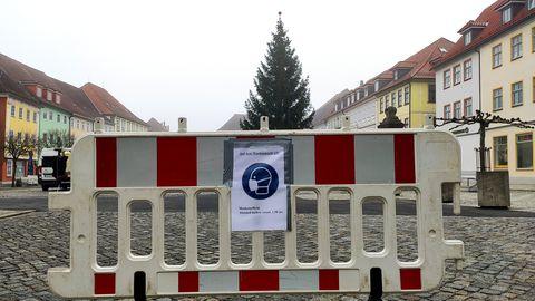 Maskikohustust ja distantsi hoidmise vajadust meeldetuletav plakat liikumistakistusel Hildburghauseni linnaväljakul (26. november 2020)